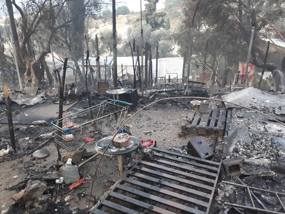 """Feuer zerstören Teile des völlig überfüllten """"Hotspots"""" auf Samos."""